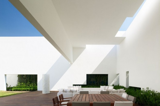 Miguel-Angel-Aragonés's-Style-for-a-Mexico-City-Modern-Home-7-800x530-660x437