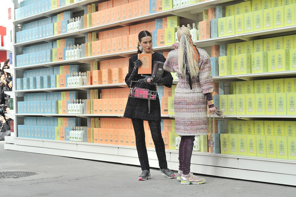 chanel-fall-winter-2014-grocery-store-runway-show-09