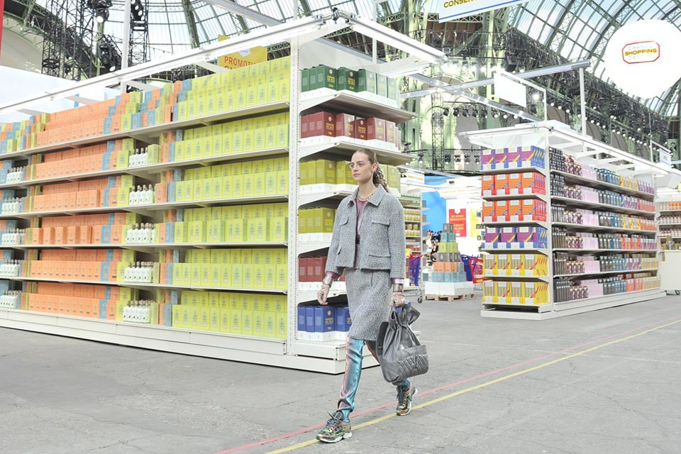 chanel-fall-winter-2014-grocery-store-runway-show-10