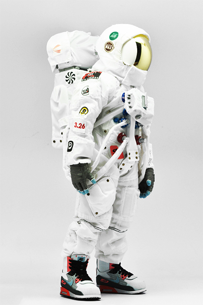 coolrain-nike-air-max-day-astronaut-figure-1