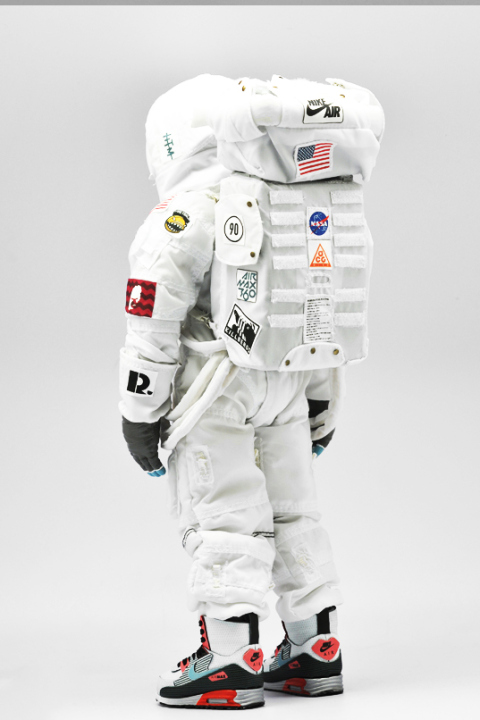 coolrain-nike-air-max-day-astronaut-figure-2